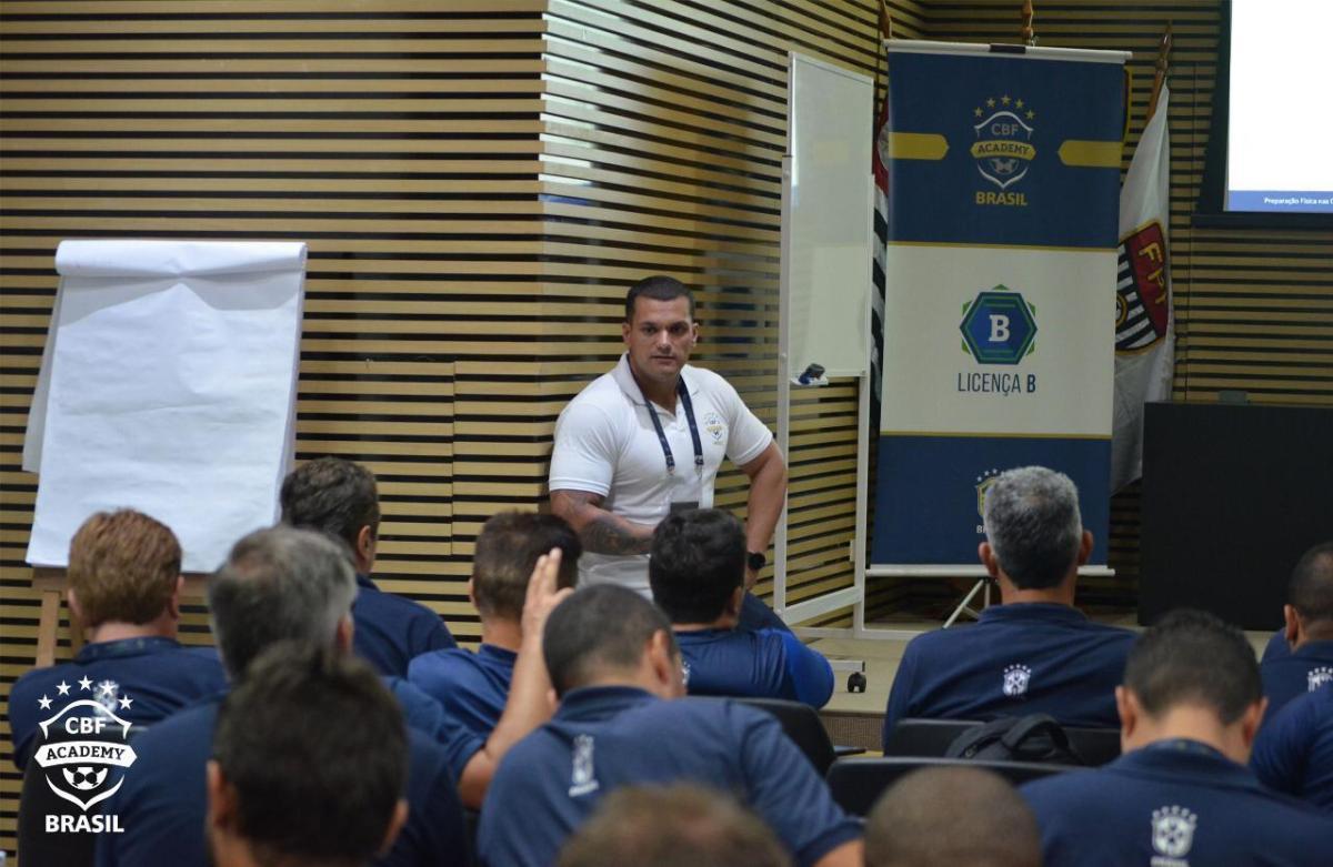 Flavio Grava dá aula de Preparação Física em curso da CBF