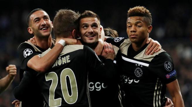 jogadores-do-ajax-comemoram-gol-contra-o-real-madrid-1551822302236_v2_900x506.jpg