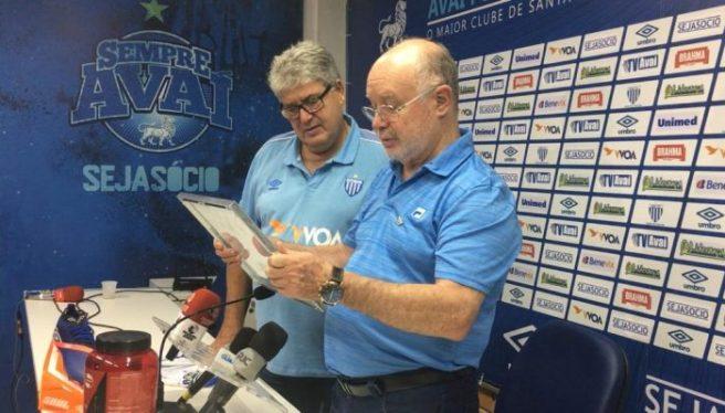 Técnico também recebeu das mãos de Battistotti uma placa de reconhecimento Foto Divulgação Avaí FC