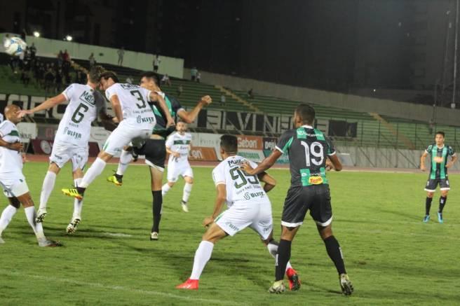 Marcelo Xavier cabeceia para o gol